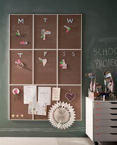 Damit keine der Schul- und Nachmittagsaktivitäten vergessen wird, empfehlen wir eine große Pinnwand, an der die Kinder ihre Termine auf Zetteln, Bilder und kleine Souvenirs anbringen können. Wir haben hierfür mehrere VÄGGIS Pinnwände zu einer großen Pinnwand arrangiert.