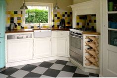 Nostalgische landelijke keuken met porseleinen spoelbak en paneeldeurtjes.