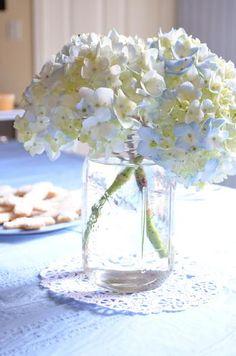 No te olvides de las flores en la fiesta Primera Comunión! Aportan un toque fresco y elegante / Don't forget the flowers for the First Communion party! A fresh touch of elegance...
