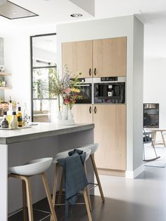 NIEUWBOUWHUIS - a spacious kitchen with semi-open connection to the living room Kitchen Decor, Small American Kitchens, Kitchen Dining, Kitchen Niche, Semi Open Kitchen, Spacious Kitchens, Home Kitchens, Kitchen Design, Contemporary Kitchen