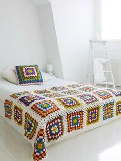 Convem observar que esses cobre-leitos geralmente não cobrem toda a cama na decoração atual. São colocados depois da cama toda arrumada, para dar um look casual, como algo a mais, algo leve e facil de remover. Pode ser usado tanto na cama como no sofá. Contém 1 almofada <br>Medida: 2,20 comp.x1,20 largura aproximadamente. <br>Capa Almofada: 40x40 <br>Pode ser feita em outras cores