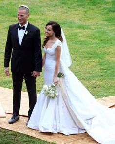 Ashley Hebert's super-simple elbow-length veil is the perfect bridal accessory.