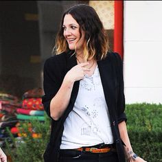 BABY TALK Is she or isn't she? A possibly pregnant Drew Barrymore keeps photographers guessing Wednesday while out in West Hollywood. Drew Barrymore Style, Mein Style, Style Me, Girl Style, Pulls, Style Icons, Celebrity Style, Personal Style, Celebs