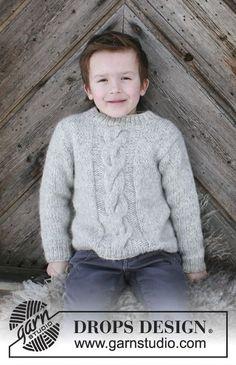 Gestrickter Pullover mit Zopfmuster für Kinder. Größe 2 - 12 Jahre. Die Arbeit wird gestrickt in DROPS Air.