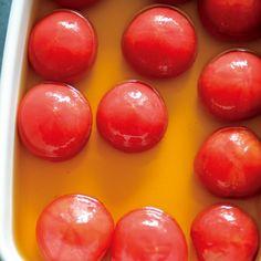 小ぶりなトマトの中までだし汁を含んだおひたしです。