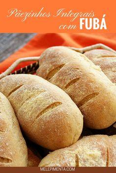 Pãezinhos caseiros de farinha integral e fubá Mini pães feitos em casa com farinha integral e fubá simplesmente deliciosos. Confia a receita desse pão de fubá (farinha de milho) saudável e muito gostoso.