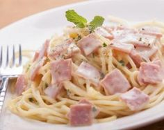 Spaghettis faciles au jambon et yaourt 0% : http://www.fourchette-et-bikini.fr/recettes/recettes-minceur/spaghettis-faciles-au-jambon-et-yaourt-0.html
