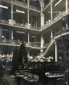 Nel 1865 i fratelli Luigi e Ferdinando Bocconi aprirono in via Santa Radegonda a Milano il primo negozio italiano in cui erano venduti abiti pre-confezionati. Nel 1917 Senatore Borletti rilevò l'attività. Gabriele D'Annunzio nel 1917 l'aveva ribattezzata La Rinascente dopo la ricostruzione seguita all'incendio che l'aveva completamente distrutta e l'azienda divenne un luogo di ritrovo di molti artisti.