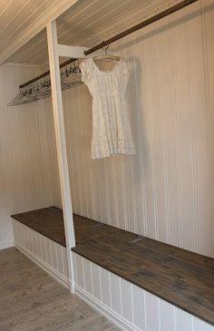 Dette rommet har plassbygget garderobeinnredning. Flott gjennomført:)