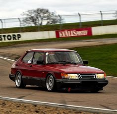 We also love them on the track! Saab 900 Turbo in action by TimStridh /Flickr #saab #saabturbo #saab900 #c900 #aero #spg #turbo #garrett #mitsubishi #intercooler #fmic #bbs #bbsrs #racetrack #youngtimer #sweden #trollhättan