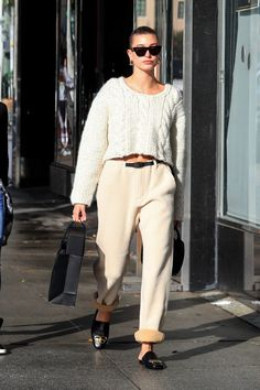 Winter white dressing may be associated with an après-ski vibe, but leave it to Hailey Bieber to show how one can take the monochromatic look to the city streets. Stylish Winter Outfits, Warm Outfits, Trendy Outfits, All White Outfit, White Outfits, Hailey Baldwin Style, Look Office, Chunky Cable Knit Sweater, Looks Street Style