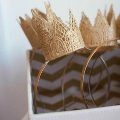 Tiara Princesa: Use círculos de rendas para fazer pequenas coroas de princesas. Para quem fiquem duras passa cola branca. Se preferir pinte-as de dourado ou prateado