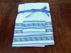 Conjunto de toalhas de alta qualidade e sacola, com aplicação em tricoline. Cada conjunto é composto por: - 1 Toalha de Banho (130cm x 70cm) - 1 Toalha de Rosto (70cm x 41cm) - 1 Sacola para roupas e objetos pessoais (35cm x 30cm)