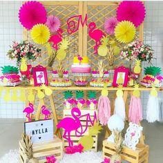 Festa Tropical via Por Aloha Party, Luau Party, Pink Flamingo Party, Flamingo Birthday, 13th Birthday Parties, Luau Birthday, Deco Rose, Birthday Decorations, Tropical Party Decorations