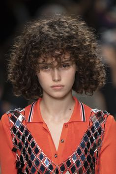Browse Paris Fashion Week Spring 2020 pictures from the Paco Rabanne runway show. Spring Hairstyles, Retro Hairstyles, Big Hair, Your Hair, Short Hair, Ponytail Wrap, Peter White, Pigtail Braids, Curly Hairstyles
