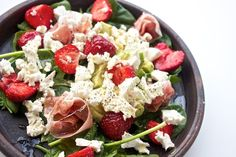 Salat med skinke, jordbær, avocado, spinat og ost