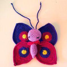 Thebebittos.blogspot.com  Pues si es una mariposa, le hemos puesto las antenas largas  para que las ateis donde querais, al carrito del bebe, a la cunita, en el coche de los papis o en el lugar que mas os guste. Mide 14cm de alta y 14 cm de ancho, cuesta 15€. La podeis encangar en el color que querais. :)))). #ganchillo #crochet #artesania #hechoamano #butterfly #mariposa #amigurumi #decoracion #bebe #papis #regalito #canastillas #antenas #detalles #insecto #primavera