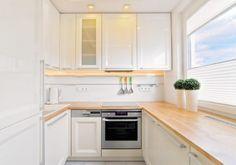 petite cuisine blanche avec plan de travail en bois clair