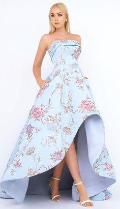 d7ad0dc26 Vestido strapless color azul cielo con estampado de flores rosas pastel. La  falda es ampona