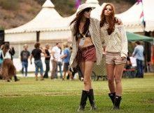 Quand la saison des festivals en plein air approche, la groupie sort sa tenue de combat ! Coachelia, Glastonbury, Burning Man… A elle sa tenue de choc et de charme pour braver les éléments tout en restant stylée ! Bottes en caoutchouc tout-terrain, denim de principe, maille confortable, elle accessoirise les grands classiques avec beaucoup de sex-appeal et de fantaisie : micro-short, bikini, fleurs, franges et gri-gris… L'essence même du rock-hippie (chic!).