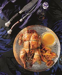 Το κοτόπουλο ετοιμάζεται να υποδεχτεί τα Χριστούγεννα και βάζει τα καλά του. Γεμίζεται με συκωτάκια και τυρί και εντυπωσιάζει όλους τους καλεσμένους.