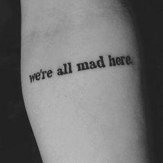 """63 frases para tatuar en tu piel """"Estamos todos locos aquí"""" de Alícia en el país de las maravillas."""