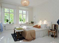 Soveværelse indrettet med stilrent tapet