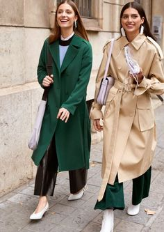 Wardrobe essential for spring is the trench coat. A coat that will never go out of style and you can wear all wear long. The trench coat is a must have! Today's Fashion Trends, 70s Fashion, Fashion Week, Autumn Fashion, Fashion Outfits, Petite Fashion, Curvy Fashion, Fashion Bloggers, Fashion Styles