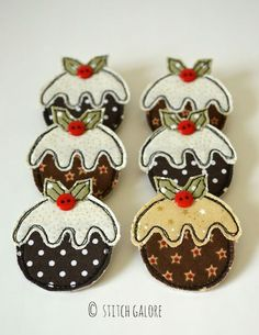Christmas Pudding brooches handmade by Stitch Galore. Sewn using freehand machine embroidery, measur. Sewn Christmas Ornaments, Christmas Applique, Felt Christmas Decorations, Christmas Sewing, Christmas Embroidery, Felt Ornaments, Prim Christmas, Christmas Trees, Christmas Cards