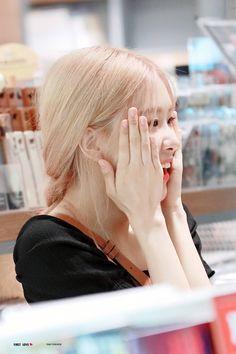 """""""she's so sweet"""" Kpop Girl Groups, Korean Girl Groups, Kpop Girls, Yg Entertainment, Golden Family, Rose And Rosie, Cute Rose, Rose Icon, 1 Rose"""