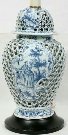 Starožitná schránka na urnu * bílý porcelán s krásným dírkovaným vzorem, modře malovanými kvítky a ručně malovaným obrázkem * Anglie.