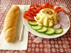 POTŘEBNÉ PŘÍSADY:  4 vejce uvařené natvrdo 200ml majonéza 1 sáček želatina na tlačenku 200 ml nálevu z okurek 200 g eidamu 200g salámu nejlépe měkký - může být i šunka kapie sterilovaná 2 kusy kyselá okurka  kdo chce přidá česnek nebo podle chuti další ingredience  POSTUP PŘÍPRAVY:  Nastrouháme si eidam a salám na kostičky drobné nebo proužky.