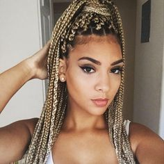 All styles of box braids to sublimate her hair afro On long box braids, everything is allowed! For fans of all kinds of buns, Afro braids in XXL bun bun work as well as the low glamorous bun Zoe Kravitz. Box Braids Hairstyles, Rock Hairstyles, Trending Hairstyles, Hairstyles Games, Hairstyles Videos, Hairstyles 2018, Formal Hairstyles, Short Box Braids, Blonde Box Braids
