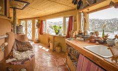 Hermosa casita domo-híbrido, realizada con técnicas de super adobe y cob, con estructura de madera, arcilla y paja.
