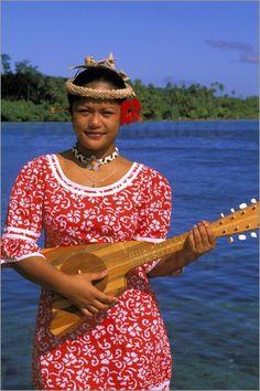 Zupfinstrumente entwickelten sich unabhängig von einander auf der ganzen Welt. Ob Banjo, Sitar oder Harfe: die Klänge der unterschiedlichen Musikinstrumente unterscheiden sich stark.  Auch ein Poster erinnert an die Bedeutung der Zupfinstrumente.
