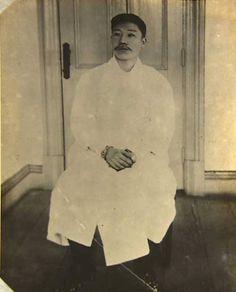 순국하기 5분 전의 안중근 의사 의사(1879년 9월 2일~1910년 3월 26일) 어머니 조마리아 여사가 한 땀 한 ... Korea, The Past, Fashion Photography, Draw, History, Blog, Pictures, Painting, Gold Ring