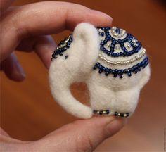 """Купить Валяная брошь-кулон """"Белый слон"""" - белый, сапфировый, серебряный, белый слон, слон"""