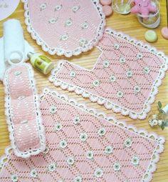 """""""Casos y Cosas de Mi Casa"""": Juego de baño rosado tejido a ganchillo o crochet."""