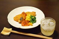 【白身魚フライ】火曜日は揚げものセールの日、白身魚フライが60円でした。昨夜、食べた晩ご飯の残りの新玉葱のトマトソースをかけてハイボールとともに。明日も晴れますように、菜の花を添えて春待つ酒卓です。