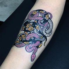 Mirko Sata est un tatoueur de Milan qui réalise de magnifiques tatouages de serpents noirs et blancs. Un travail graphique qui laisse sans voix !