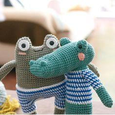 Buenos Aires y su humedad y su veranito de San Juan (20 grados en pleno invierno ) Los mocos y la tos a la orden del día. Soñando con la primavera y remeras rayadas de verano a la orilla del río.  #amigurumi #crochet #toy #ganchillo #cocodrilo #yacare #rana #frog #animalfriendsofpicapau