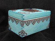 DIY - Moroccan style treasure box / favor for graduates? Celebrate Good Times, Arabic Art, Altered Boxes, Treasure Boxes, Moroccan Style, Dorm Decorations, Home Decor Styles, Storage Baskets, Decorative Boxes