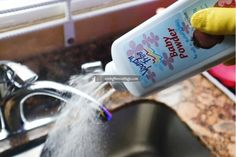 25 Smart Baby Powder Hacks You& Wish You Knew Sooner Cleaning With Peroxide, Borax Cleaning, Diy Home Cleaning, Deep Cleaning Tips, Household Cleaning Tips, Cleaning Recipes, House Cleaning Tips, Diy Cleaning Products, Cleaning Solutions