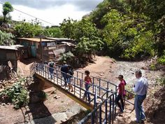 Rotary clubs in Honduras and the US, with the assistance of the Water and Sanitation Rotarian Action Group, are organizing a healthy and sustainable sanitation system for a community in La Isla, Tegucigalpa, Honduras.