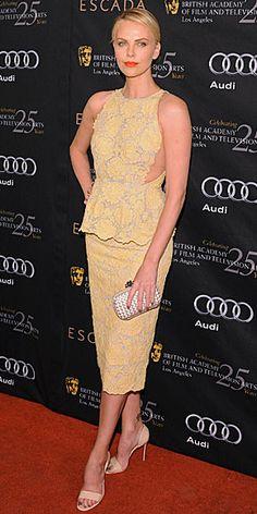 CHARLIZE THERON    Theron derrochó elegancia en un evento de la BAFTA en Los Ángeles. La actriz sudafricana acompañó un vestido peplum Stella McCartney en encaje amarillo con una cartera de mano Bottega Veneta y zapatillas en charol Christian Louboutin.