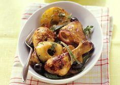 Recette de pilons de poulet aux pommes (pour 4 personnes), ingrédients pour la préparation : pilons de poulet, pommes, échalotes, olives noires, beurre, huile d'olive, et brins de sauge.