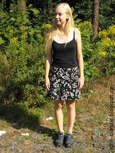 Sukně čtvrtkolového střihu, zapínaná na zip na boku, dlouhá 40 cm. Obvod pasu je 92 cm.  Je ušitá ze zbytku látky ze staré sukně nebo šatů. Materiál je lehký, splývavý, jemnější bavlna (tzv. šatovka) - na léto ideální.