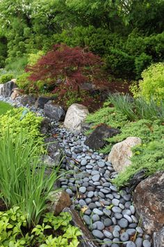 Dry streams are a unique landscaping idea that incorporate natural rock elements and address poor drainage issues. They can also slow and capture runoff offering a practical and stylish solution for your garden. This article explains how to build a dry st River Rock Landscaping, Landscaping With Rocks, Front Yard Landscaping, Backyard Landscaping, Landscaping Ideas, Backyard Ideas, Dry Riverbed Landscaping, Backyard Stream, Desert Backyard