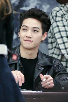 vou denunciar por tiros no meu coração     eu não aguento essa beleza toda Jaebum
