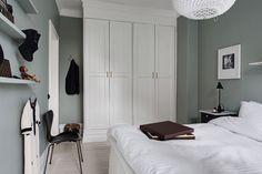 Garderoberna är platsbyggda och rymliga